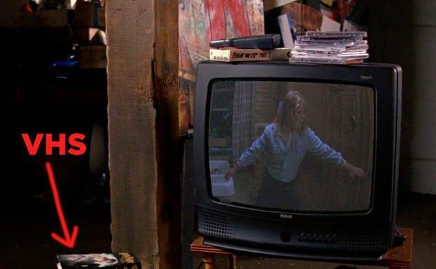 11. Janis ve Damian, Cady içeri girdiğinde '13. Cuma'yı izliyor ancak daha önceki saatlerde 'Harry Potter' izliyorlar gibi duruyordu.