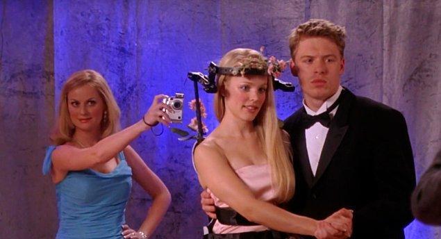 14. Bayan George, Regina ve Shane'in arkadan fotoğrafını çekiyor. Herhalde elbiseyi her yönden kareye almak istedi.