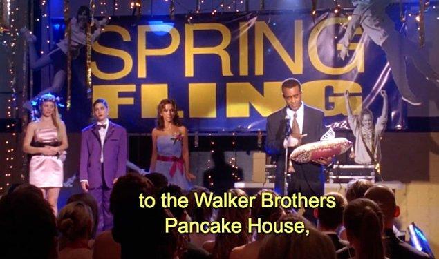 16. Spring Fling Kraliçesi seçildiğinde Cady bir pankek evinden hediye çeki kazanıyor. Adı Walker Brother Pancake House olan bu restoran gerçekte var ve çooook lezzetli.