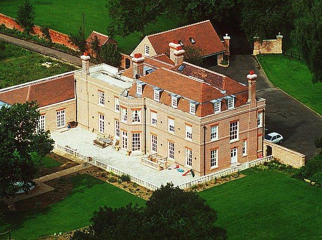 13. Victoria 2.5 milyon sterlinlik Beckingham Sarayı'na Brooklyn 2 yaşındayken taşındı. Victoria evde futbol oynamayı kesinlikle yasakladı.