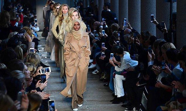 19 yaşındaki modelin asıl çıkışı Kanye West'in Yeezy defilesinde podyumda yürümesi ile oldu.