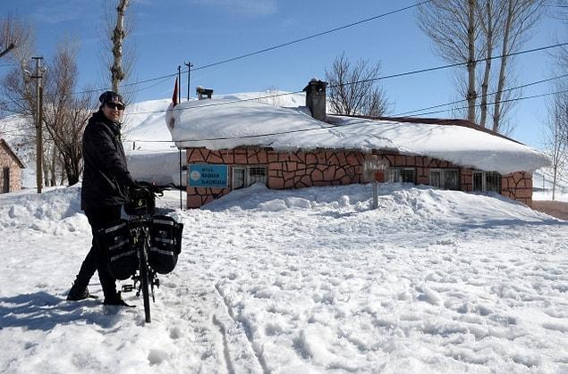 'Bitlis'te bu yıl kış çetin geçti. Bazı köylerde hala kar var. Bu yüzden köyün girişinde bisikletten inerek, yaya olarak kitapları götürüyorum.'