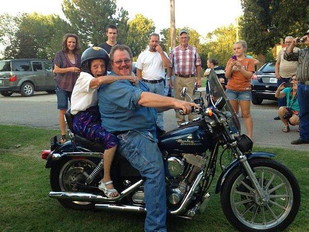 7. '100 yaşıma gelirsem eğer motorsiklete bineceğim' sözü veren bu süper nine!