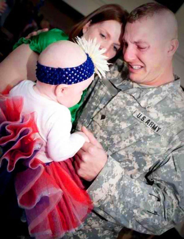 14. Babası askerde görevliyken doğan bu bebek, onunla ilk kez tanışıyor.