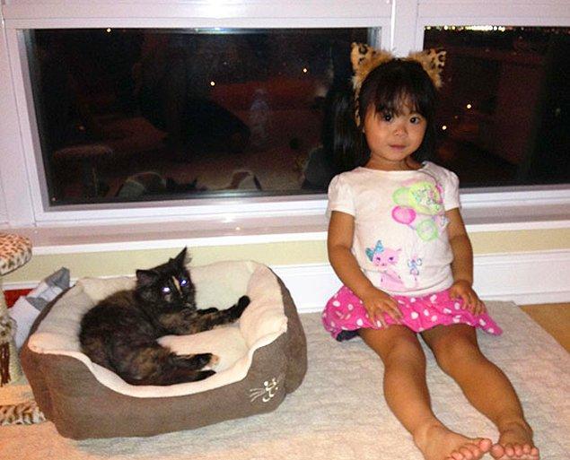 """26. """"Yeğenim eve yeni gelen kediyle tanışırken buzlar kolay erisin diye kedi kulakları taktı ve kedili tişörtünü giydi."""""""