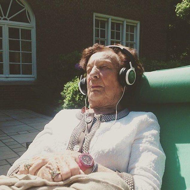 27. Bu büyükanne ilk kez tıbbi hint keneviri kullanmış. 1 buçuk saattir bir Frank Sinatra şarkısının dubstep versiyonunu dinleyerek takılıyor.
