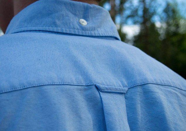 1. Gömleğin yaka kısmının arkasında, üzerinde düğme olan şey: