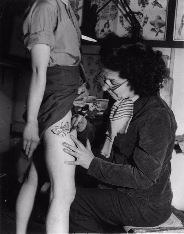 En tutucu zamanlarda dövme yaptıran kadın. O zamanlar insanların böyle bir şey olduğundan bile haberi yoktu.