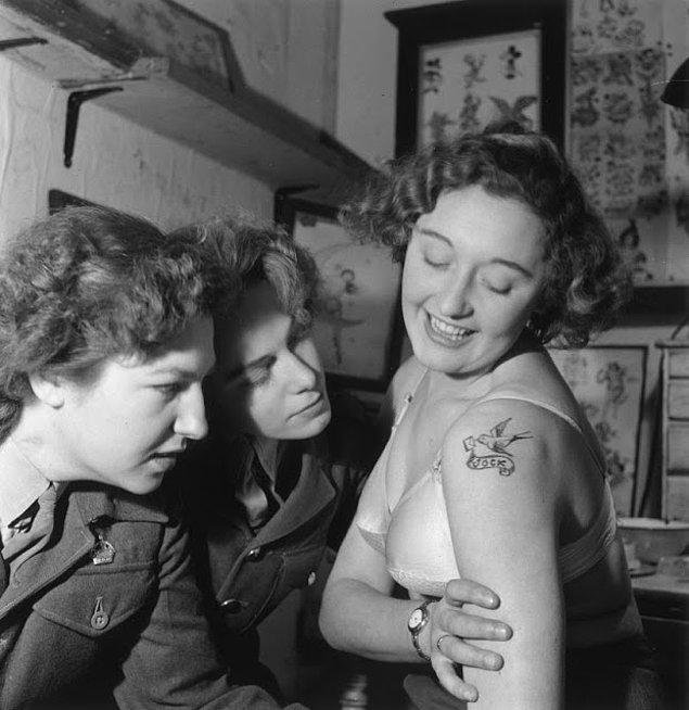 Mutlu bir müşterinin fotoğrafı. Kırlangıç dövmesi o dönemler Jessie'nin ilk dövme dükkanını açtığı Hampshire'da gerçekleşen askeri bir olayın parçasıydı.