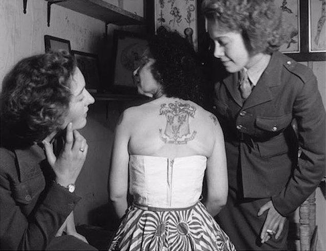 Knight işini gururla sergiliyor. Resmi olarak 1963 yılında emekli oldu, fakat 1960lı yıllardaki bir müşterisine göre en az 1965'e kadar dövme yapmaya devam etti.
