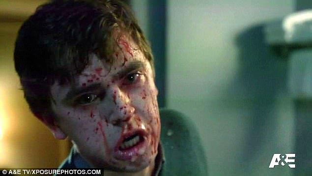 Marion'un erkek arkadaşı Sam'i öldürüyor.