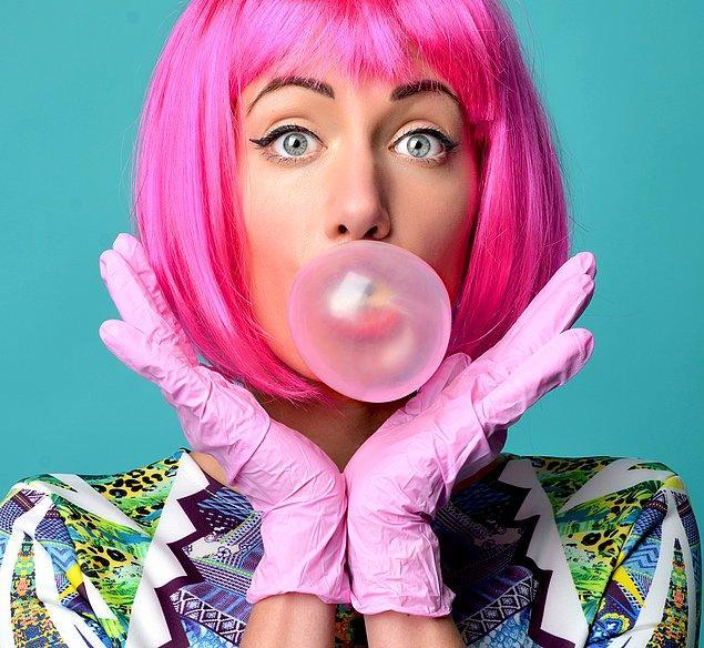 2. Balonlu sakızlar genellikle pembe renklidir. Zira icat edildiklerinde başka renkte gıda boyası yoktu.