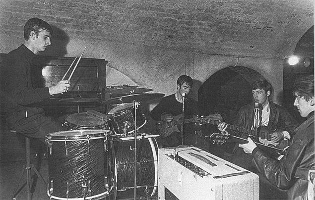 """7. The Beatles'ın eski adı """"Johnny and the Moondogs"""" idi. (Johnny ve Ay köpekleri)"""