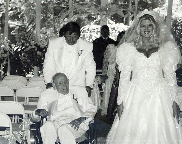 Flört dönemini de kısa tuttular; Howard Marshall dedemiz, Tanrıça gibi gördüğü Anna Nicole'e diz çöküp pahalı yüzüklerle evlenme teklif etti.