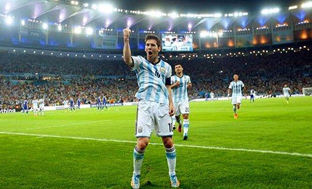 10. Bulgar efsane Hristo Stoichkov, 1994 Dünya Kupası'nda attığı 6 golle, Lionel Messi'nin Dünya Kupası tarihinde geçemediği isimlerden oldu.