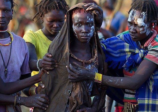 Kadınlığın temsili olan memelerin düzleştirilmesiyle, kadınlığını gizlemiş olacak böylece ufacık kız çocukları.