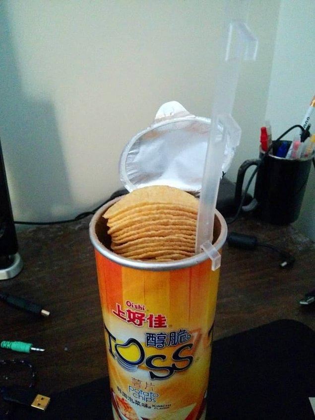 3. Pringlesımtırak cipsleri kolayca yemek için muazzam stand.