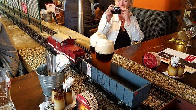 12. Siparişlerini trenle ulaştıran Prag restoranı.