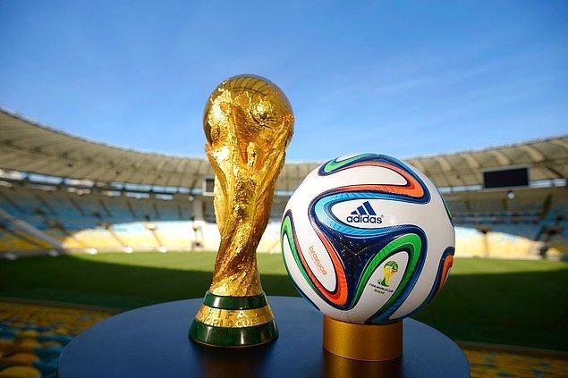 """16. """"Ülkemizde 2018'de düzenlenecek Dünya Kupası turnuvasının hazırlıkları sürüyor. Mikrofonumuzu milli oyuncu Mesut Özil'e uzatıyoruz."""""""