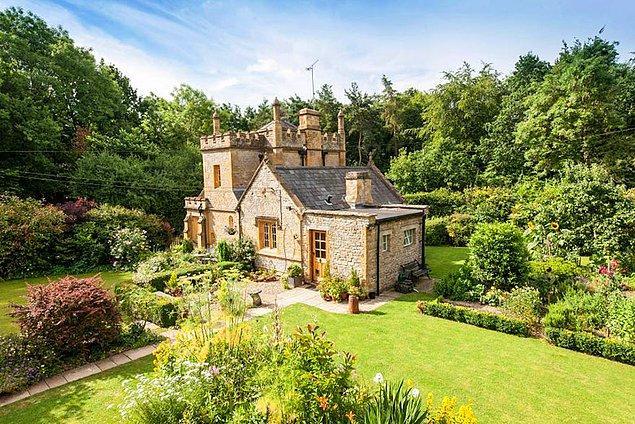 Dediğimiz kadar varmış değil mi? Yaşanır yani burada. Gördüğünüz kale İngiltere'nin en küçük kalesi olmakla birlikte, ''Warwickshire'' bölgesinde bulunuyor.