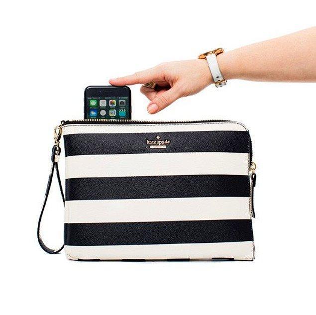 6. İçindeki minik telefon cebi telefonunuzu şarj eden çanta.