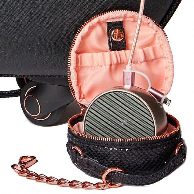 3. Telefonunuzu bağlayabileceğiniz bir hoparlörü olan makyaj ve mücevher çantası.