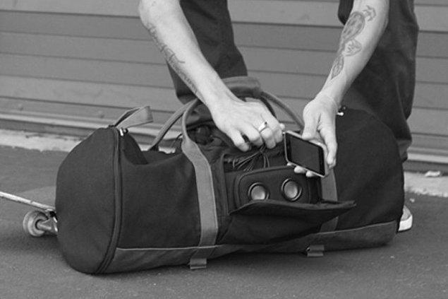 13. Müziğinizi paylaşmanızı sağlayan hoparlörlü bisiklet çantası.