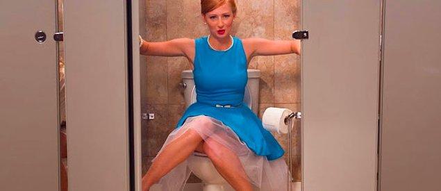 3. Aynı zamanda hem osurur hem de kocaman gürültülü bir tuvalet deneyimi yaşarsanız merak etmezsiniz, çünkü o sır orada kalacaktır.