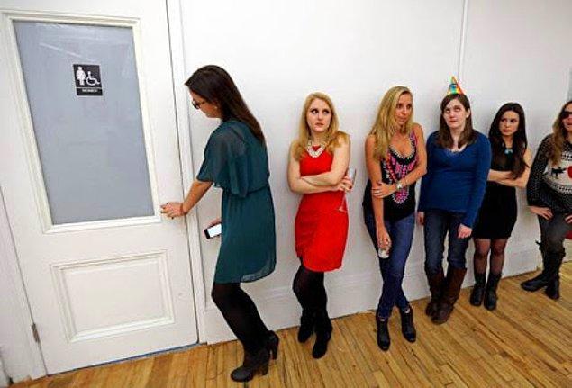 6. Zaten birisi tuvalette saatlerce kalıyorsa ya ped değiştiriyordur ya da 2 numaralı tuvaletini yapıyordur.