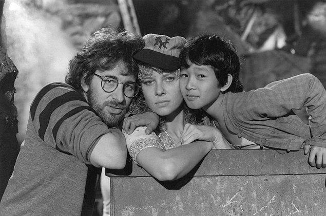 1. Steven Spielberg, Indiana Jones serisinin tüm filmlerine baktığında 1984 yapımı 2. filmi diğerleri kadar beğenmediğini söylemişti.