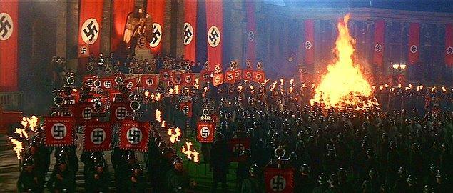 5. Yine 3 filmdeki Berlin'deki kitap yakma sahnesinde Naziler tarafından giyilen asker üniformaları film içilen dikilen özel kostümler değildi.