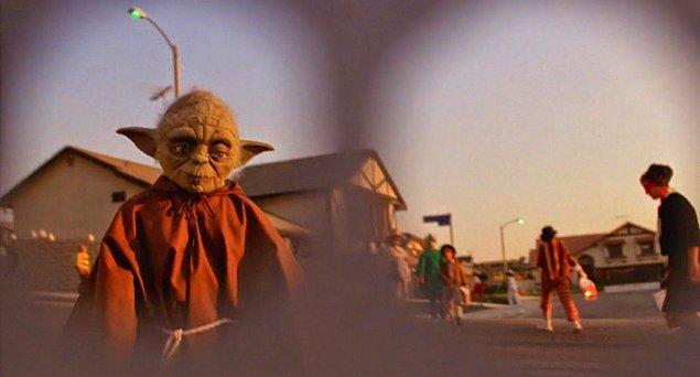 6. Cadılar Bayramı sahnesinde E.T.'nin Yoda kostümü giymiş bir çocukla karşılaşması ve onu tanıyormuş gibi görünmesi; izleyeni, onun Star Wars evrenindeki bir galaksiden olduğu düşüncesine sokuyordu.