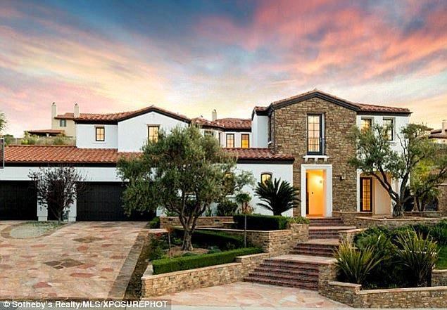 Kylie şimdilik ayrılığın acısını bu 5 yatak odalı, 6 banyolu lüks Los Angeles malikanesinde tek başına yaşayacak gibi görünüyor.