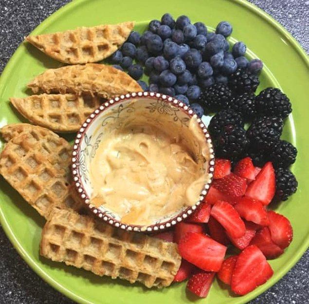 10. Yoğurtlu soslu taze meyveler ve waffle parçaları!
