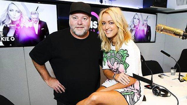 Avustralya'da KIIS FM'de Kyle and Jackie O Show'un bir parçası olarak yayımlanan Naked Dating (Çıplak Buluşma) isimli program, kendine bir partner arayan kadın ve erkekleri bir araya getiriyor.