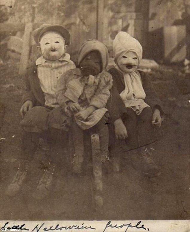11. 1900'lerin başında cadılar bayramı için giydirilmiş çocuklar.