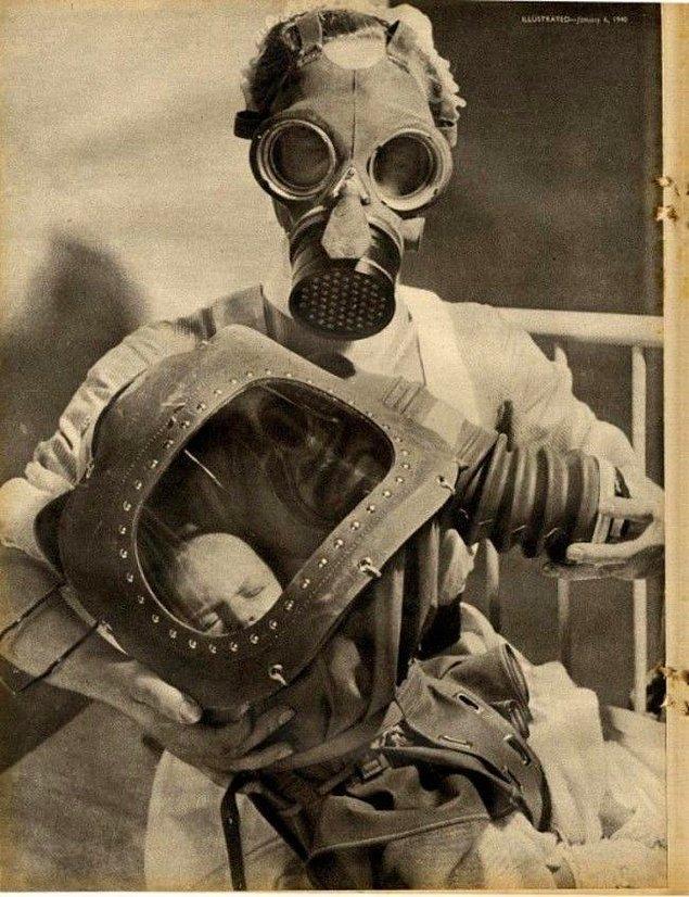 14. Yeni doğmuş bir bebekle gaz maskelerinin içinde poz veren hemşire.