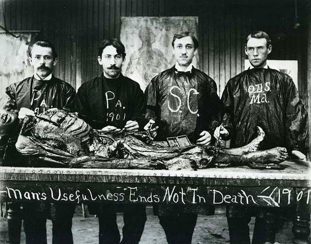 12. Kadavra ile poz veren tıp öğrencileri, yıl 1901.