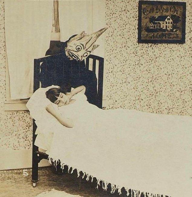 15. Yatağın altında saklandığı düşünülen ve çoğumuzun halen korktuğu temsili 'yaratık'.