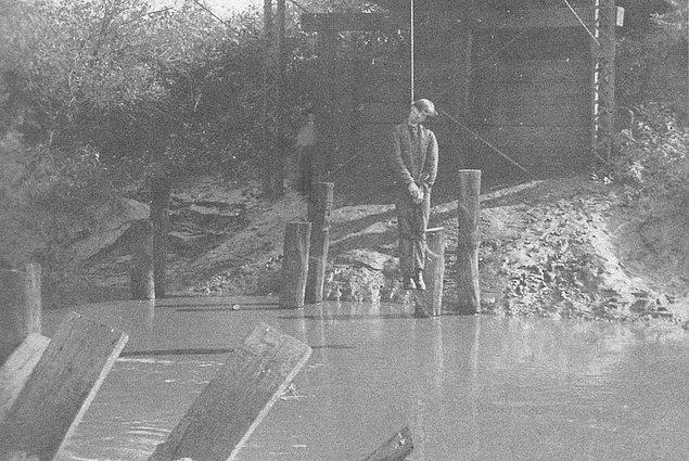 22. Köprüde asılı olarak duran bu ölü adam.