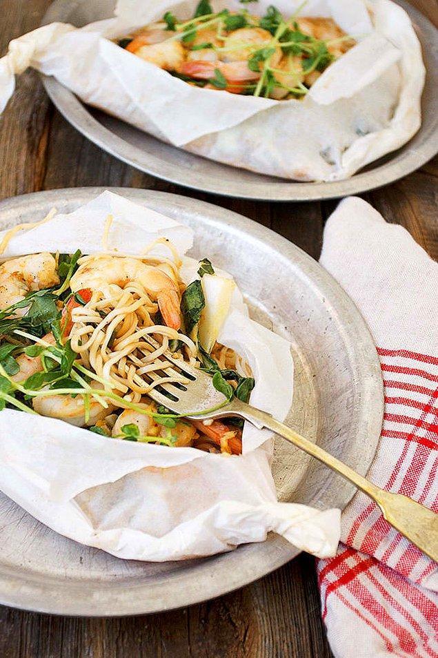 9. Fırında karides, bok choy ve noodle makarna.