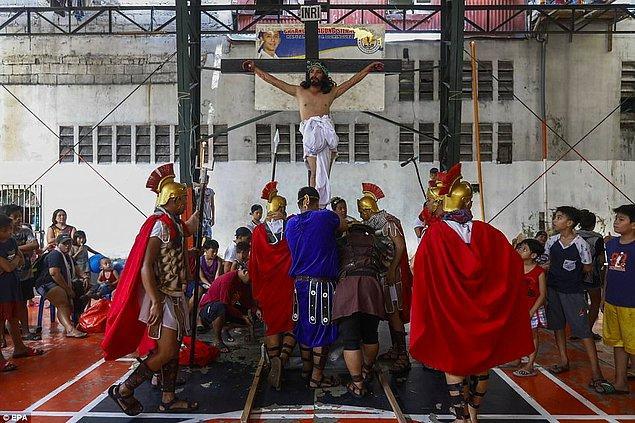 Bu kan dondurucu dini tören, çoğunlukla Katolik ulusun bir geleneği.
