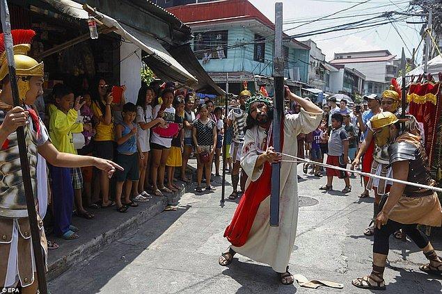 Katolik Kilisesi'nin kınamalarına rağmen her yaştan insan sokaklarda bu aşırı tapınma geleneğini izliyor.