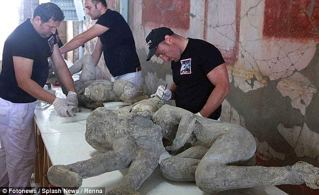 """Pompeii arkeoloji alanının genel müdürü Massimo Osanna, yaptığı açıklamada """"Öteden beri kucaklaşan kişilerin kadın olduğunu düşünüyorduk ancak yapılan araştırmalar bu kişilerin erkek olduğunu ortaya çıkardı"""" dedi."""
