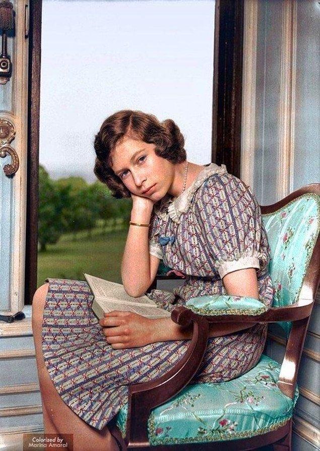2. Windsor Sarayı'nda kitap okuyan Prenses(Kraliçe) Elizabeth'in renklendirilmiş fotoğrafı, 1940.