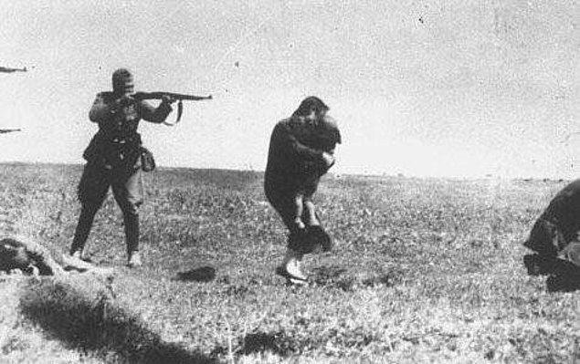 20. Bir Alman askeri, çocuğunu kucaklamış Ukraynalı Yahudi bir kadını idam ederken,  Ukrayna, 1942.