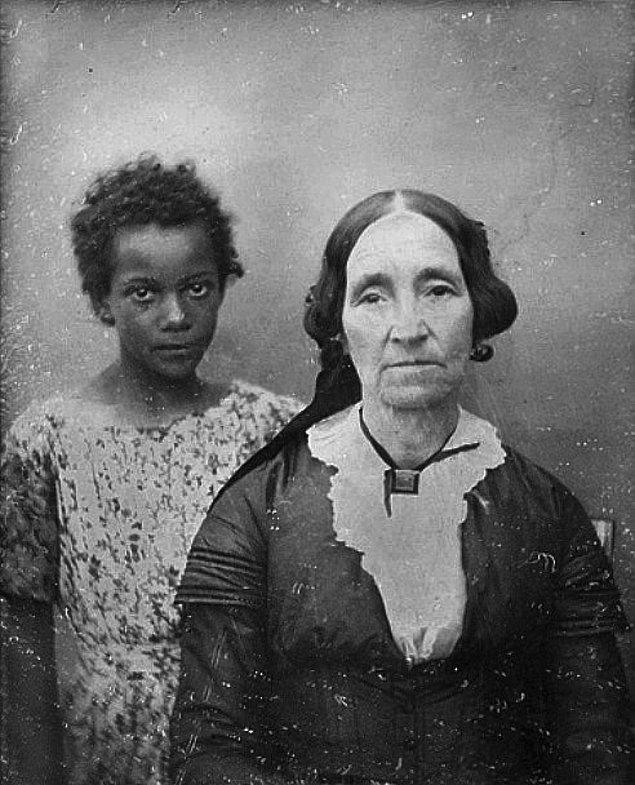 11. Yaşlı bir kadın ve kendisine hizmet için etmesi satın aldığı çocuk kölesi, Louisiana, ABD, 1850'ler.
