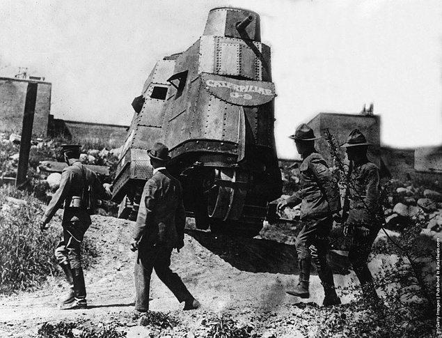 12. I. Dünya Savaşı'na katılmadan hemen önce bir tank prototipini test eden Amerikan askerleri, 3 Nisan 1917