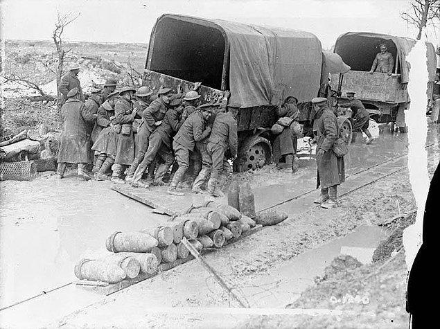 17. Kanada tarihinde kazanılmış olan en büyük zafer olan Vimy Ridge Muharebesi sırasında askeri aracı çamurdan çıkarmaya çalışan Kanadalı askerler, Nisan 1917.