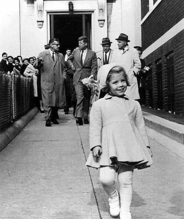 1. Oyuncağını babasına taşıttırmasının rahatlığıyla keyfince dolaşan Caroline Kennedy, 1960.